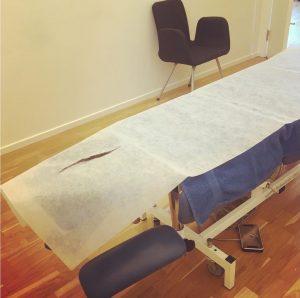 Massagebänk i ett av rummen på AktivFysio