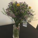 En bukett blommor i en vas på ett bord